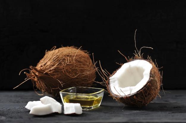 Cocco intero, cocco diviso e olio di cocco