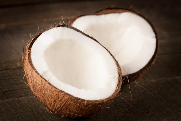 Cocco maturo tagliato a metà. crema e olio di cocco.