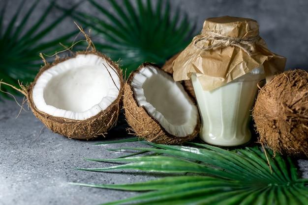 Cocco tritato maturo su uno sfondo di pietra grigia olio di cocco.