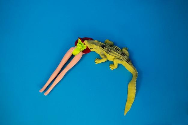 Coccodrillo che mangia il corpo della bambola