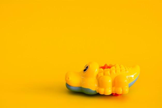 Coccodrillo giocattolo isolato