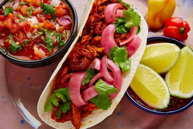 Cochinita pibil cibo messicano con pico de gallo