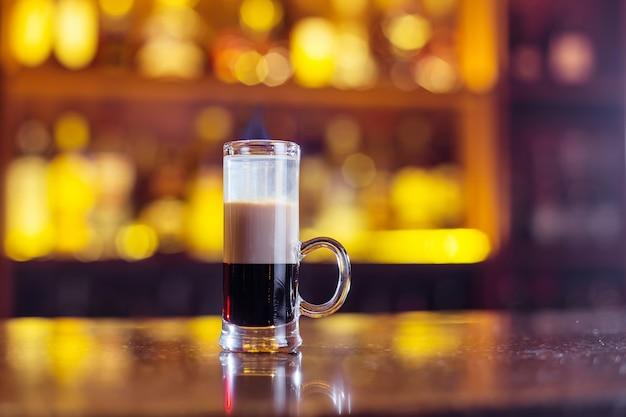 Cocktail a più strati sulla barra