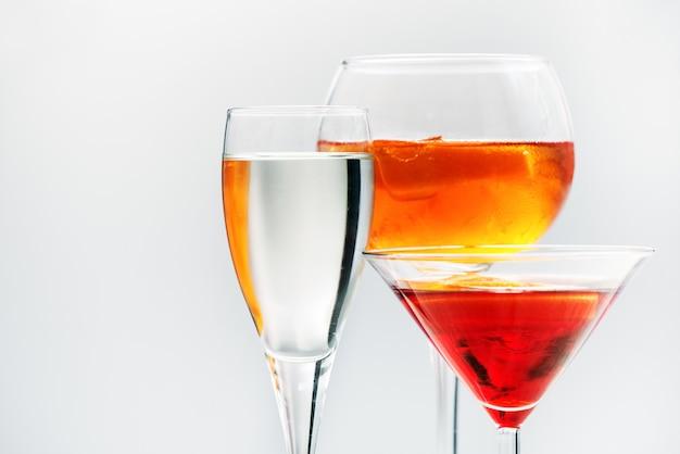 Cocktail alcolici assortiti in bicchieri