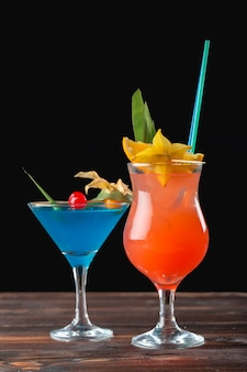 Cocktail alcolici e non alcolici sulla tavola di legno. bevande fredde estive