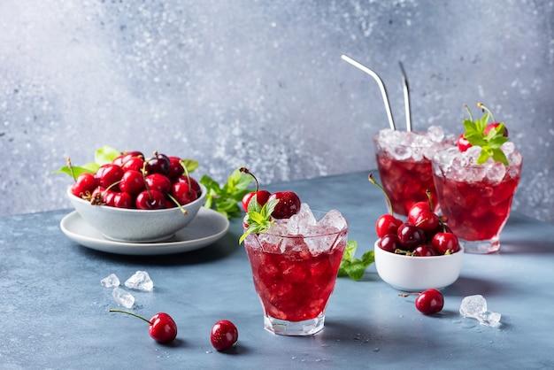 Cocktail alcolici estivi con ciliegie