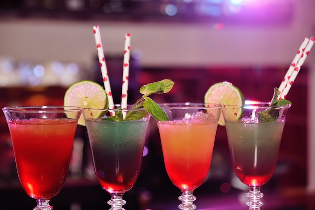 Cocktail alcolici freschi con strati colorati misti