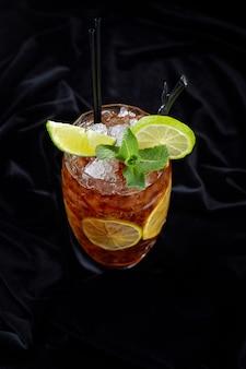 Cocktail alcolici, long island ice tee, su velluto nero, su uno sfondo nero