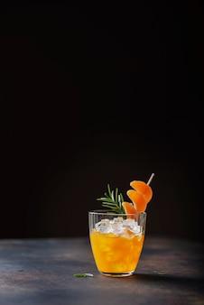 Cocktail alcolico con mandarini