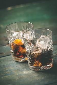 Cocktail alcolico con scorza d'arancia e ghiaccio