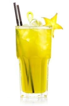 Cocktail alcolico giallo con fette di frutta carambola
