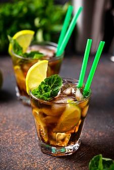 Cocktail alla libre con menta e lime