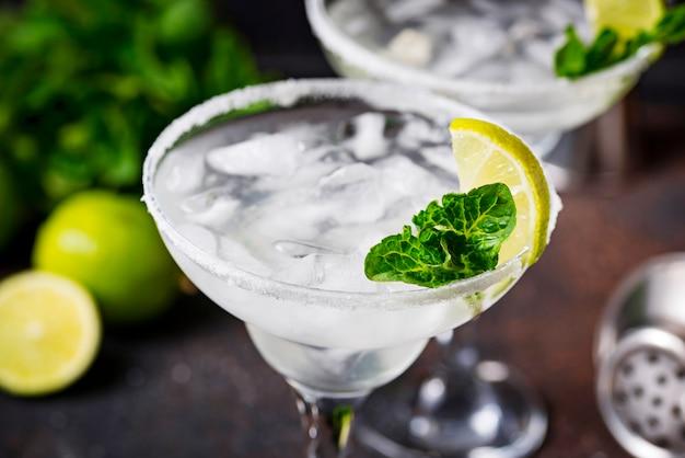 Cocktail alla margarita con lime e ghiaccio