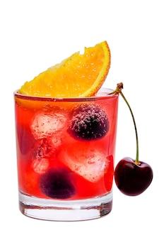Cocktail americano - vetro con il vermouth della ciliegia e il campari isolati su bianco