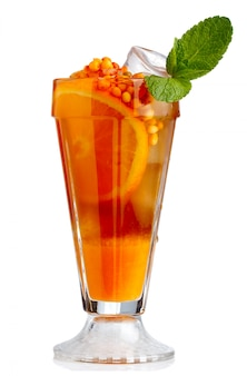 Cocktail analcolico fresco con frutta arancione e mare-spincervino isolato