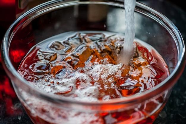 Cocktail aperol spritz con champagne. bevanda con cubetti di ghiaccio. avvicinamento.
