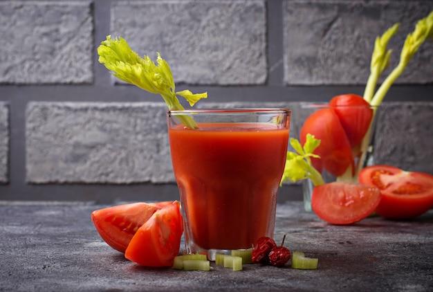 Cocktail bloody mary con pomodoro. messa a fuoco selettiva