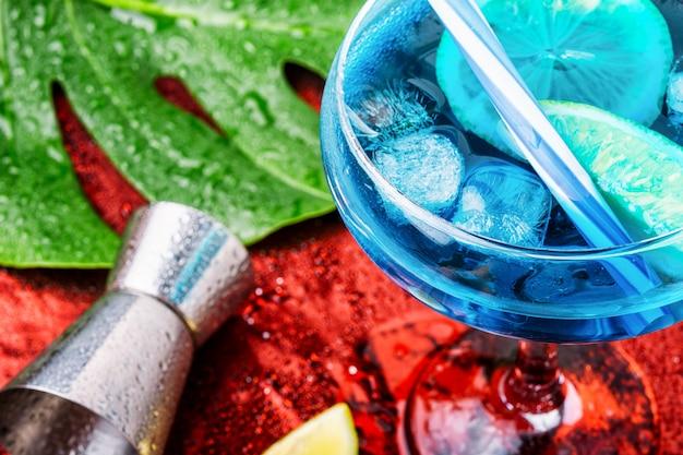Cocktail blu con ghiaccio