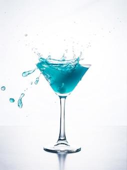 Cocktail blu del curacao con spruzzata