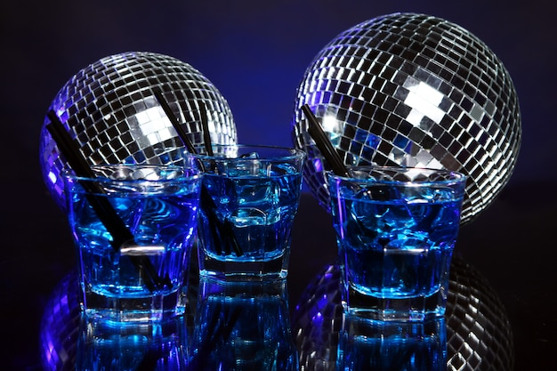 Cocktail blu freddo con palla da discoteca