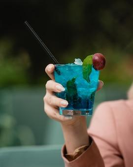 Cocktail blu freddo con uva