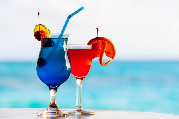 Cocktail colorati di fronte al mare