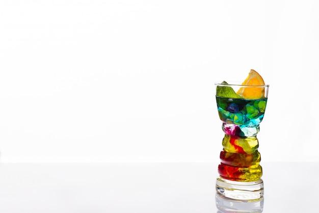 Cocktail colorati guarniti, bevande alcoliche e cocktail in bicchieri eleganti