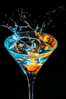 Cocktail colorato. concetto di cibi e bevande