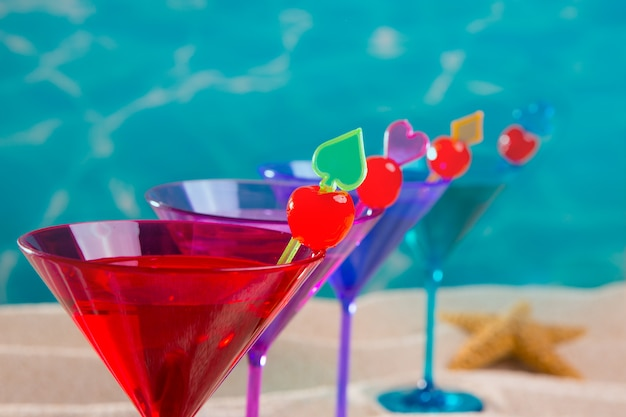 Cocktail colorato di fila con ciliegia