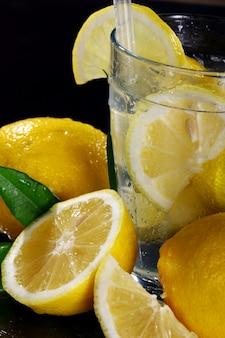 Cocktail con limoni freschi