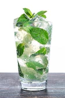 Cocktail con menta e ghiaccio tritato isolato su uno sfondo bianco