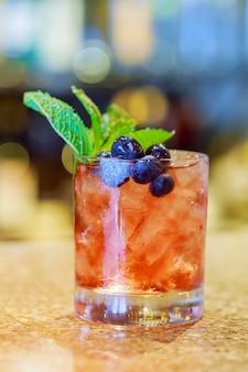 Cocktail con mojito, menta e ghiaccio, bevanda rinfrescante fredda