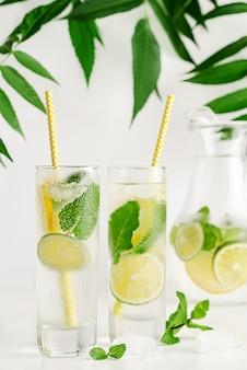 Cocktail con soda, menta, lime e limone. concetto di bevanda estiva rinfrescante. acqua infusa