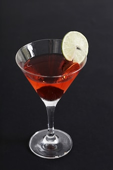 Cocktail cosmopolita con fetta di limone