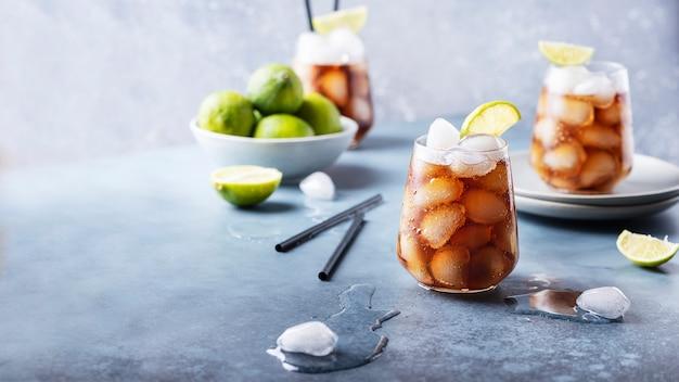 Cocktail cuba libre con rum, lime e cola