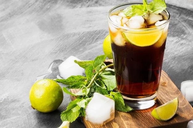 Cocktail cuba libre in un bicchiere