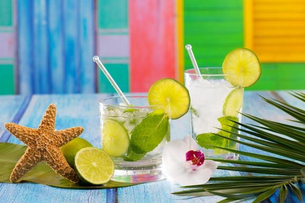 Cocktail cubano di mojito in fiori di legno blu tropicali