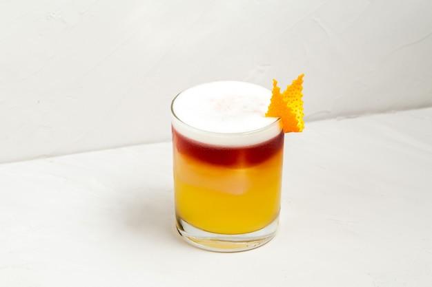 Cocktail decorato appetitoso dolce in un vetro
