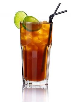Cocktail del bicchiere di alcool con calce isolata