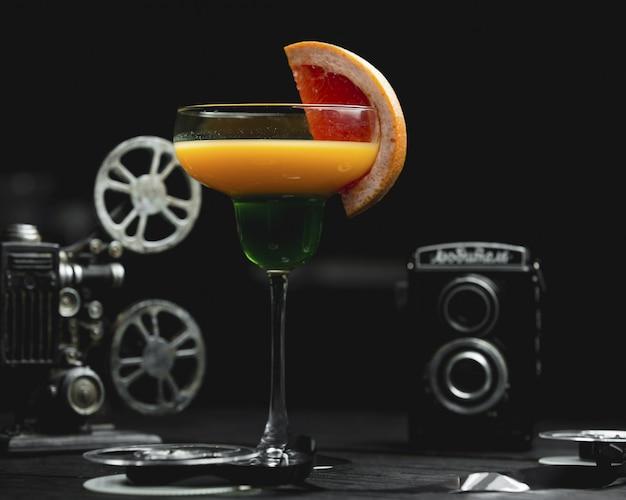 Cocktail dell'alcool del pompelmo con una fetta di frutta