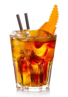Cocktail dell'alcool di manhatten con la scorza della frutta arancio isolata