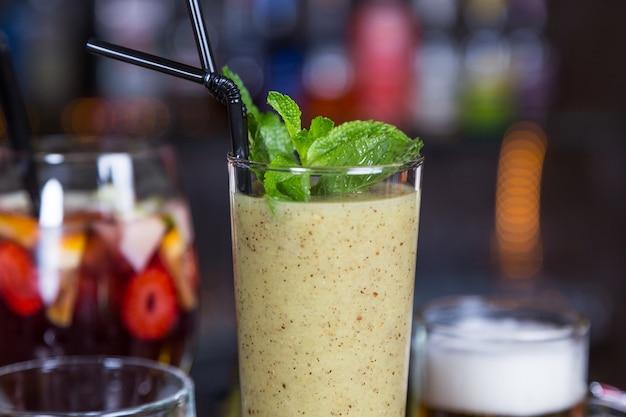 Cocktail dell'alcool in vetro sulla barra per la festa