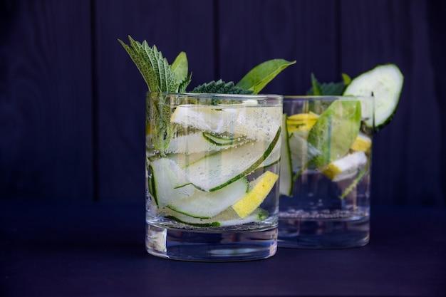 Cocktail detox fresco con cetriolo e limone. copyspace gratis.