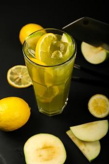 Cocktail di agrumi con cubetti di ghiaccio