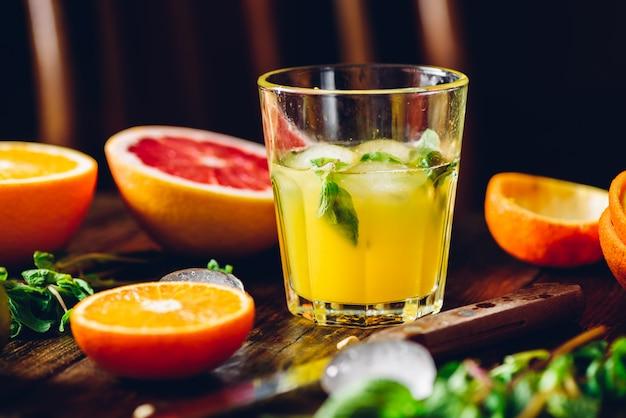 Cocktail di agrumi con menta e ghiaccio.