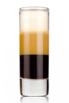 Cocktail di alcool di tre strati sparato isolato su bianco