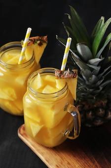 Cocktail di ananas con paglia. bevanda tropicale