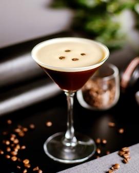 Cocktail di caffè decorato con chicchi di caffè