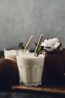 Cocktail di cocco con paglia. bevanda tropicale