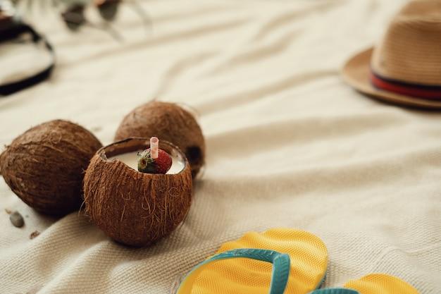 Cocktail di cocco, concetto di vacanza estiva